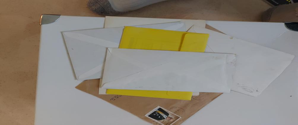 Kirjekuoria pöydällä