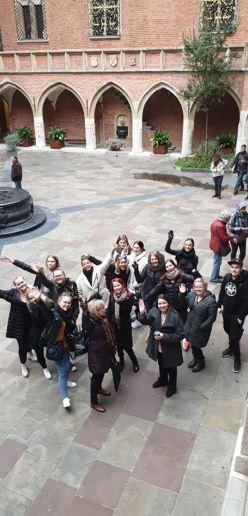 Kuvassa opiskelijoita Collegium Maius museon pihalla.