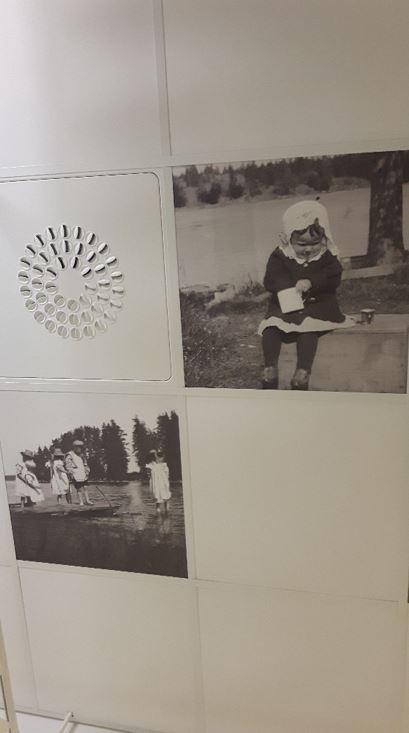 Sisäkatto, johon on kiinnitetty mustavalkoisia valokuvia.