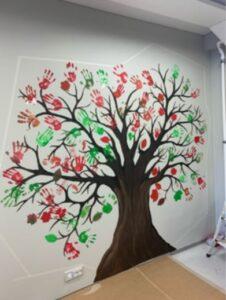 Puu, joka on maalattu seinälle.