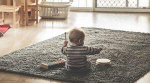 Pieni lapsi soittaa rumpua.