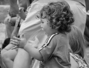 Lapsi taputtaa käsiään.