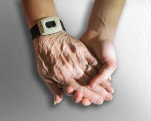 Vanha ja nuori käsi pitävät kiinni toisistaan.