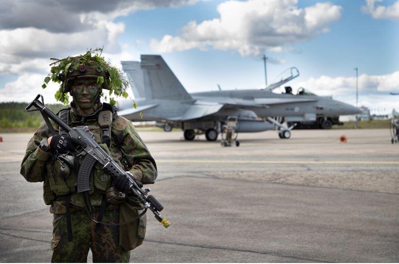 Sotilas ja lentokone.