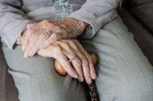 Vanhuksen kädet ja syli.