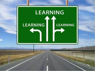 Kyltti, jossa on tievaihtoehtoja oppimiseen.