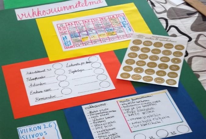 Kuvituskuvassa visuaalisen valmennukssen työkaluja eli tarralappuja sekä muita värikkäitä papereita.