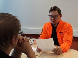 Normetin Aleksi Vornanen haastattelee kone- ja tuotantotekniikan opiskelijoita.
