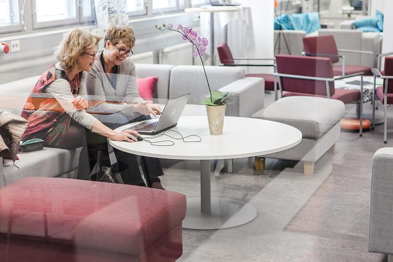Kaksi savonialaista keskustelee tietokoneen äärellä