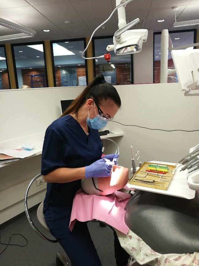 Opiskelija hoitamassa keinotekoista asiakasta.